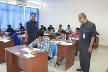 Direktur dan Ketua Panitia meninjau pelaksanaan Ujian Tulis jalur Seleksi Potensi Akademik